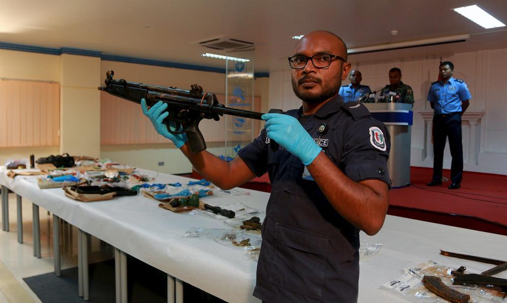 ตำรวจมัลดีฟส์พบอาวุธปืนและระเบิดจำนวนมาก (ภาพ: REUTERS)