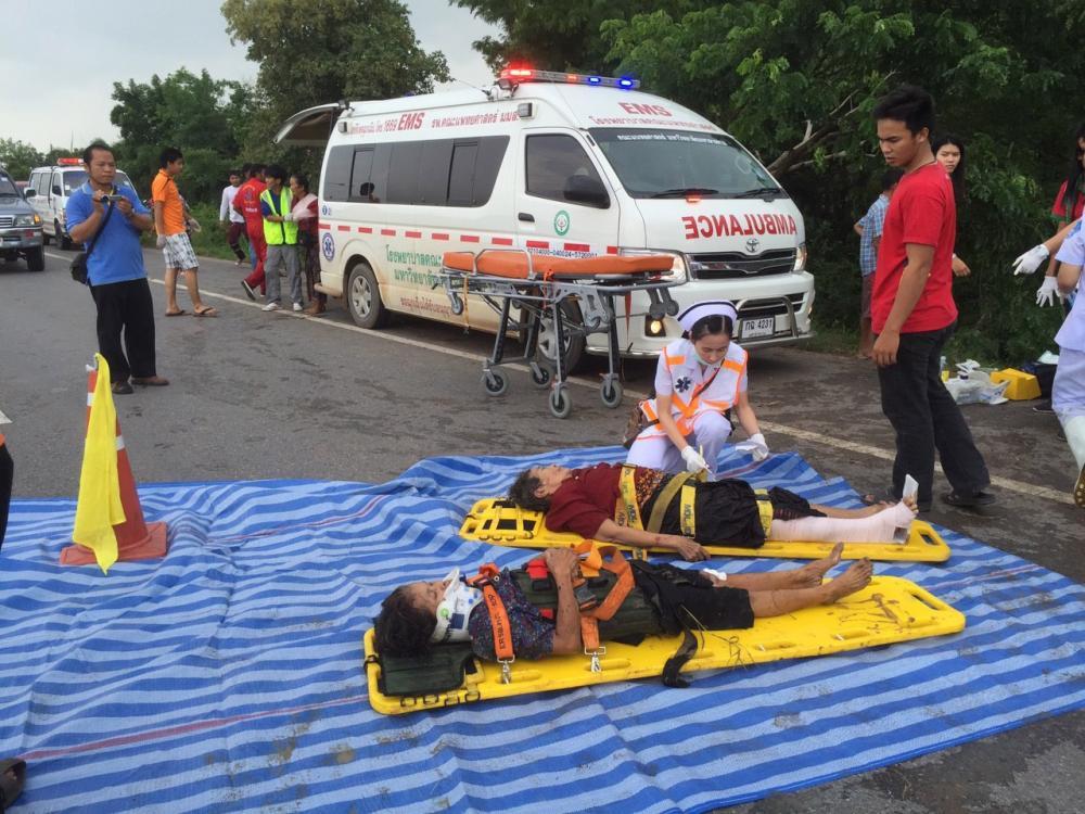 จนท.พยาบาลกำลังเร่งช่วยผู้ได้รับบาดเจ็บ ผู้สูงอายุ ชาวกาฬสินธุ์