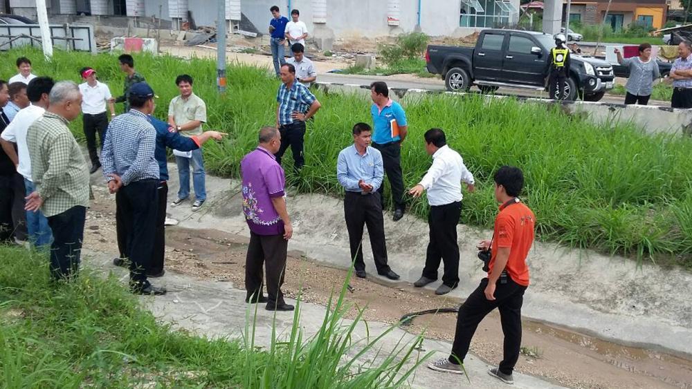 กลุ่มชาวบ้านในพื้นที่ ต.หนองปรือ อ.บางละมุง จ.ชลบุรี กว่า 100 คน เรียกร้องให้มีการแก้ไขปัญหาระบบระบายน้ำบริเวณด่านเก็บเงินมอเตอร์เวย์