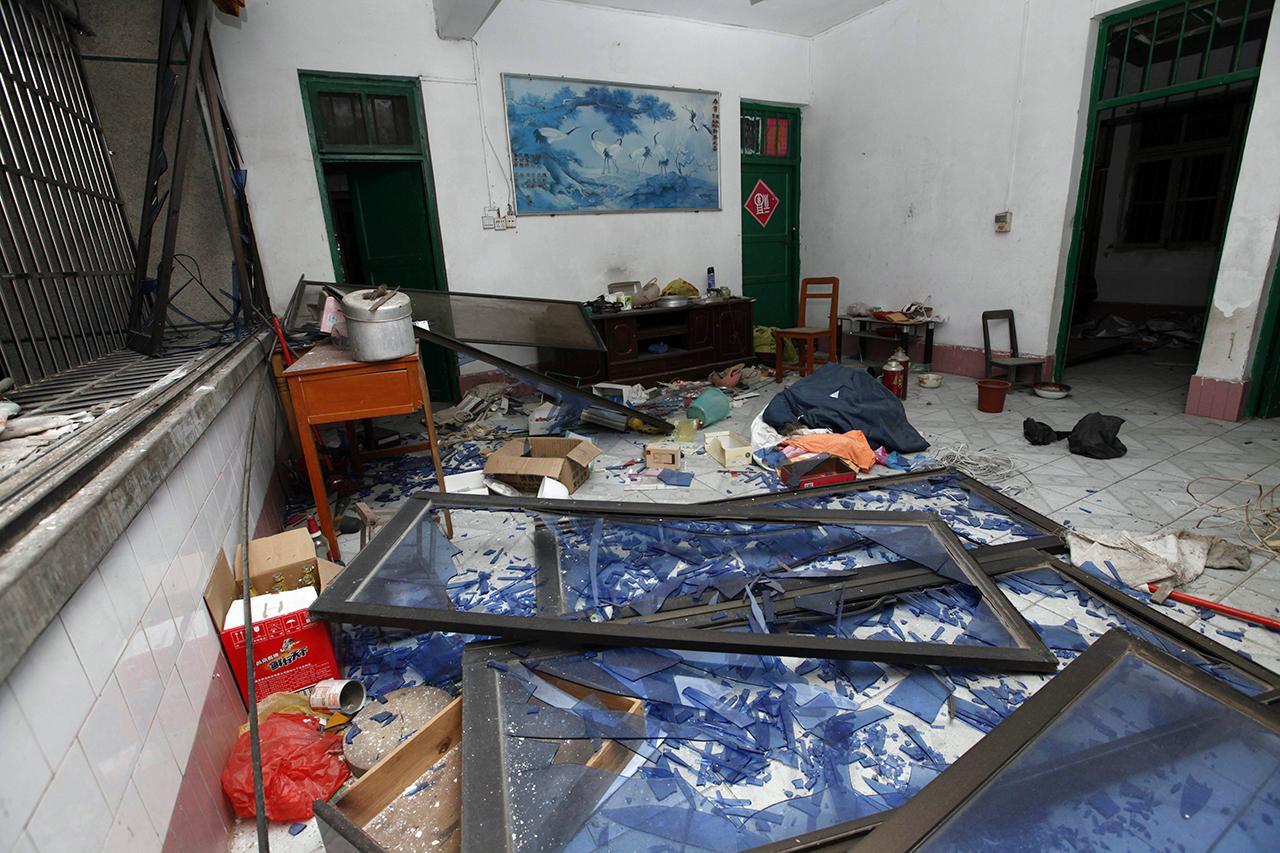ห้องของอาคารแห่งหนึ่งในเมืองลิ่วโจว ได้รับความเสียหายจากแรงระเบิด (ภาพ: AP)