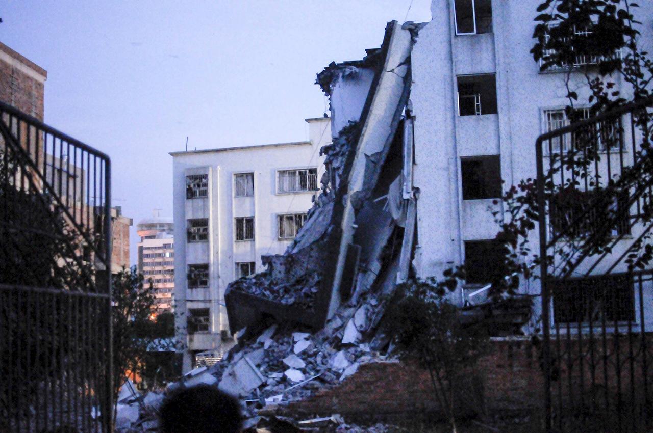 อาคารหลังหึ่นงในเขตลิ่วเฉิง ได้รับความเสียหายอย่างหนัก (ภาพ: REUTERS)