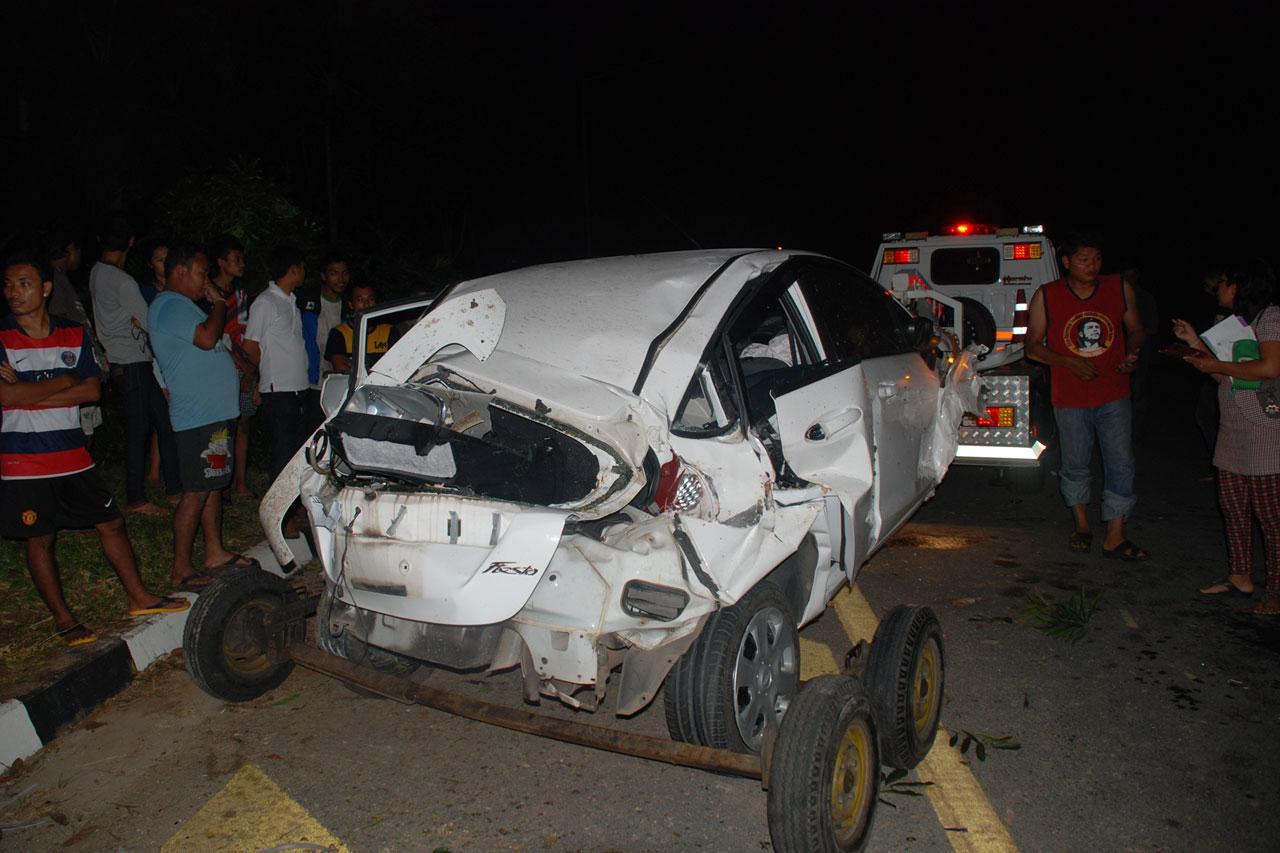 ตำรวจนำรถที่ประสบอุบัติเหตุออกจากที่เกิดเหตุ