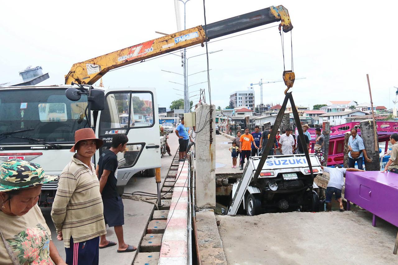 ประสานรถเครน ดึงรถบรรทุกปลาขึ้นมา โชคดีรถยังไม่ตกทะเล