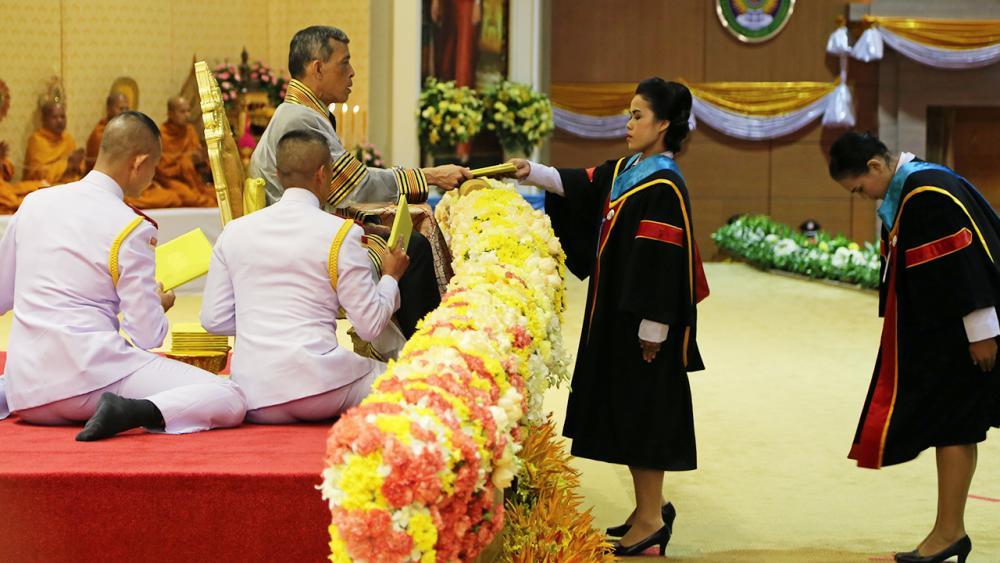 สมเด็จพระบรมโอรสาธิราชฯ สยามมกุฎราชกุมาร เสด็จฯไปในการพระราชทานปริญญาบัตรแก่ผู้สำเร็จการศึกษาจาก มหาวิทยาลัยราชภัฏเขตภาคใต้ ประจำปี 2556-2557 ณ มหาวิทยาลัยราชภัฏสุราษฎร์ธานี เมื่อวันที่ 29 กันยายน.