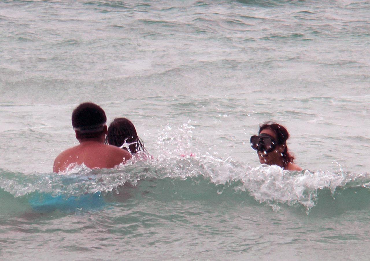 นักท่องเทียวลงเล่นน้ำ ที่หาดกะรน ภูเก็ต