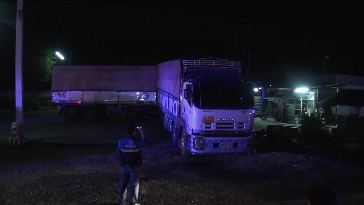 รถพ่วง 18 ล้อ ยี่ห้ออีซูซุ สีขาว หมายเลขทะเบียนตัวแม่ 84-9147 สุพรรณบุรี ตัวลูก 84-9148 สุพรรณบุรี ที่เกิดอุบัติเหตุ