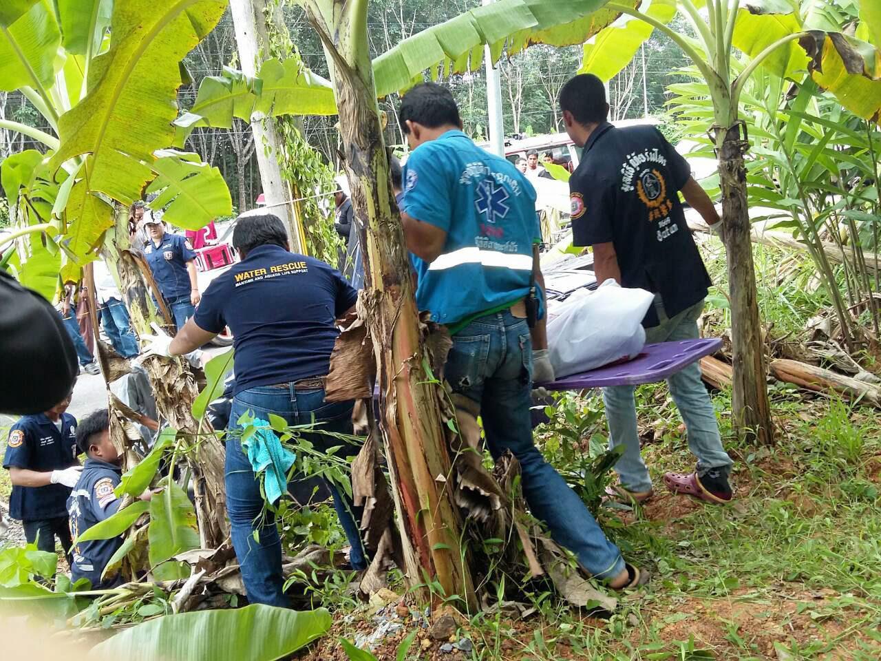 กู้ภัยน้ำร่างผู้เสียชีวิตออกจากจุดเกิดเหตุ เพื่อไปชันสูตรพลิกศพ