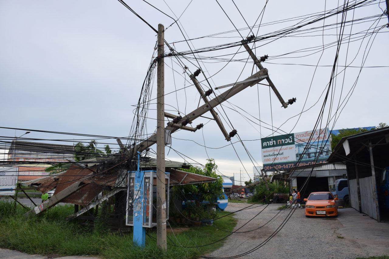 รถพ่วง 22 ล้อ  เกี่ยวสายไฟฟ้าแรงสูงล้ม 9 ต้น ค่าเสียหายประมาณ 2 ล้านบาท ที่ชลบุรี