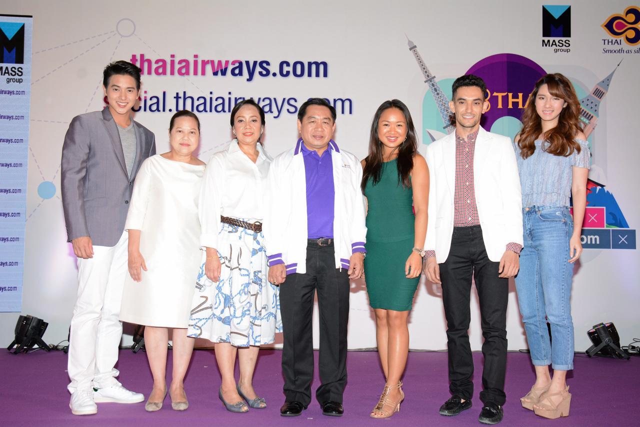 ผู้บริหารของการบินไทย ถ่ายภาพหมู่ร่วมกันกับ พระเอกหนุ่ม เจมส์-จิรายุ ตั้งศรีสุข และนักดนตรีสาวสวย แป้งโกะ จินตนัดดา ลัมะกานนท์