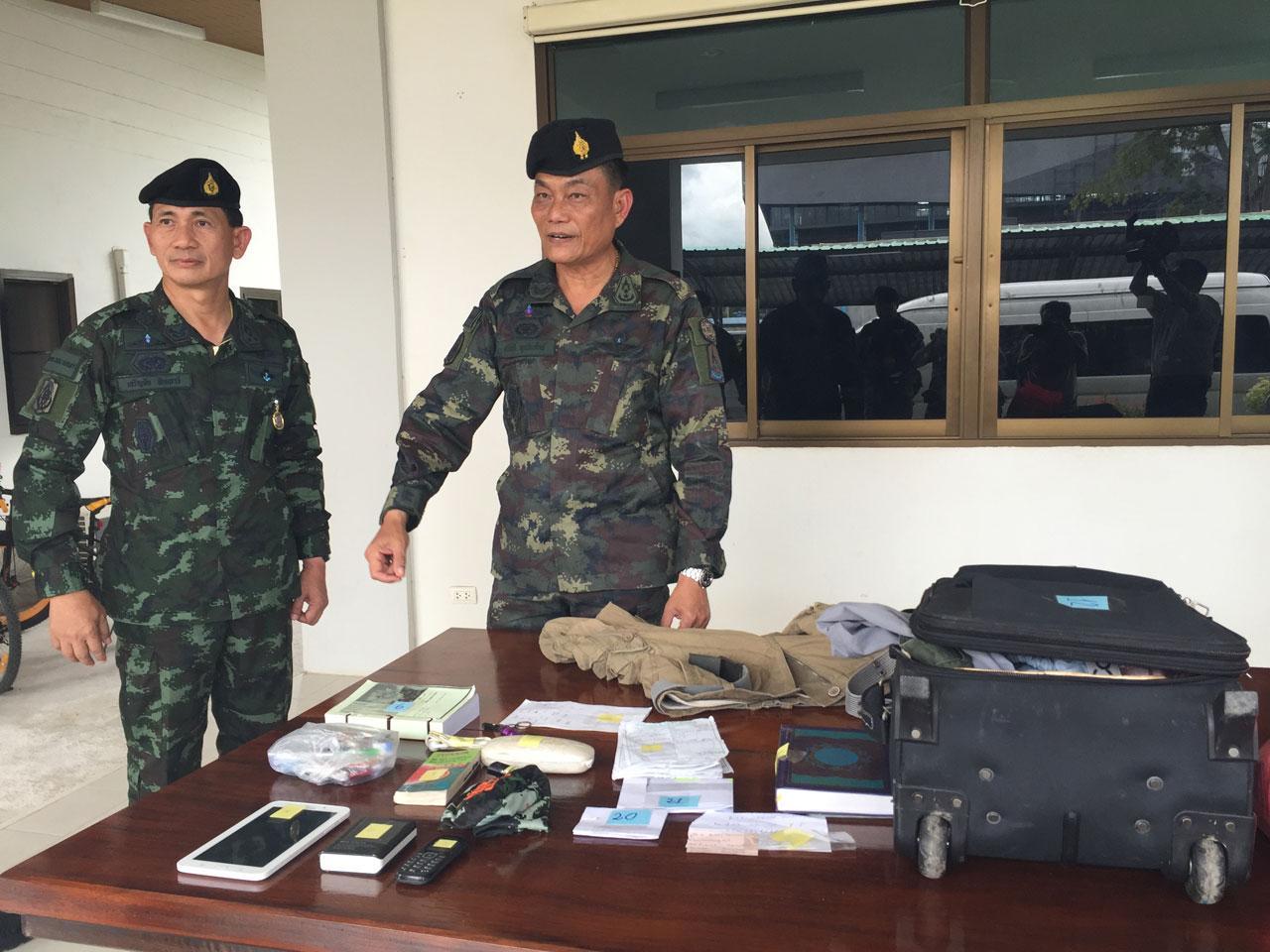 บรรดาสัมภาระและของใช้ จนท.ทหารที่ยึดได้จากผู้ต้องสงสัยตามหมายจับ