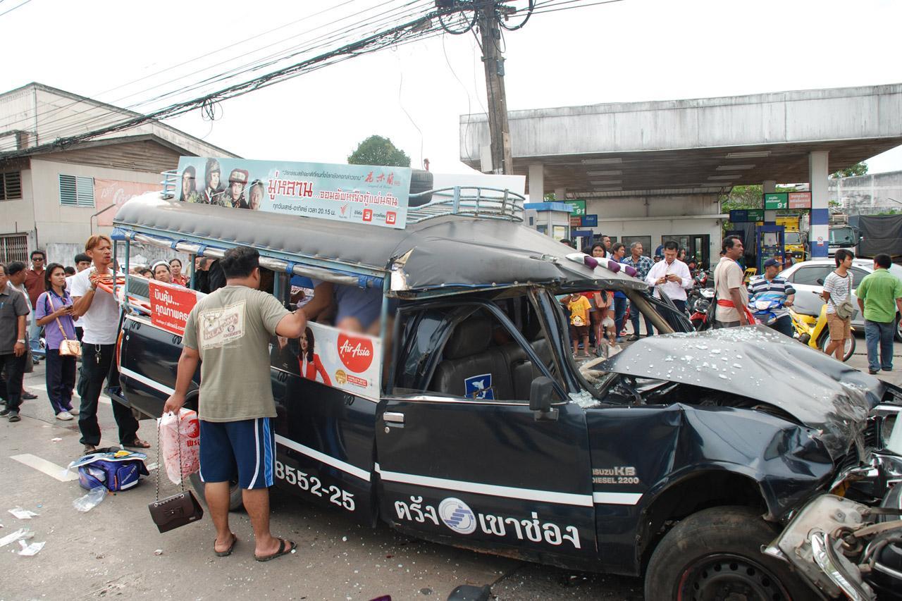 สภาพ รถสองแถวสายตรัง-เขาช่อง หลังชนกับ รถตู้สำนักงานศึกษาธิการภาค 10 ที่ ตรัง เจ็บระนาว