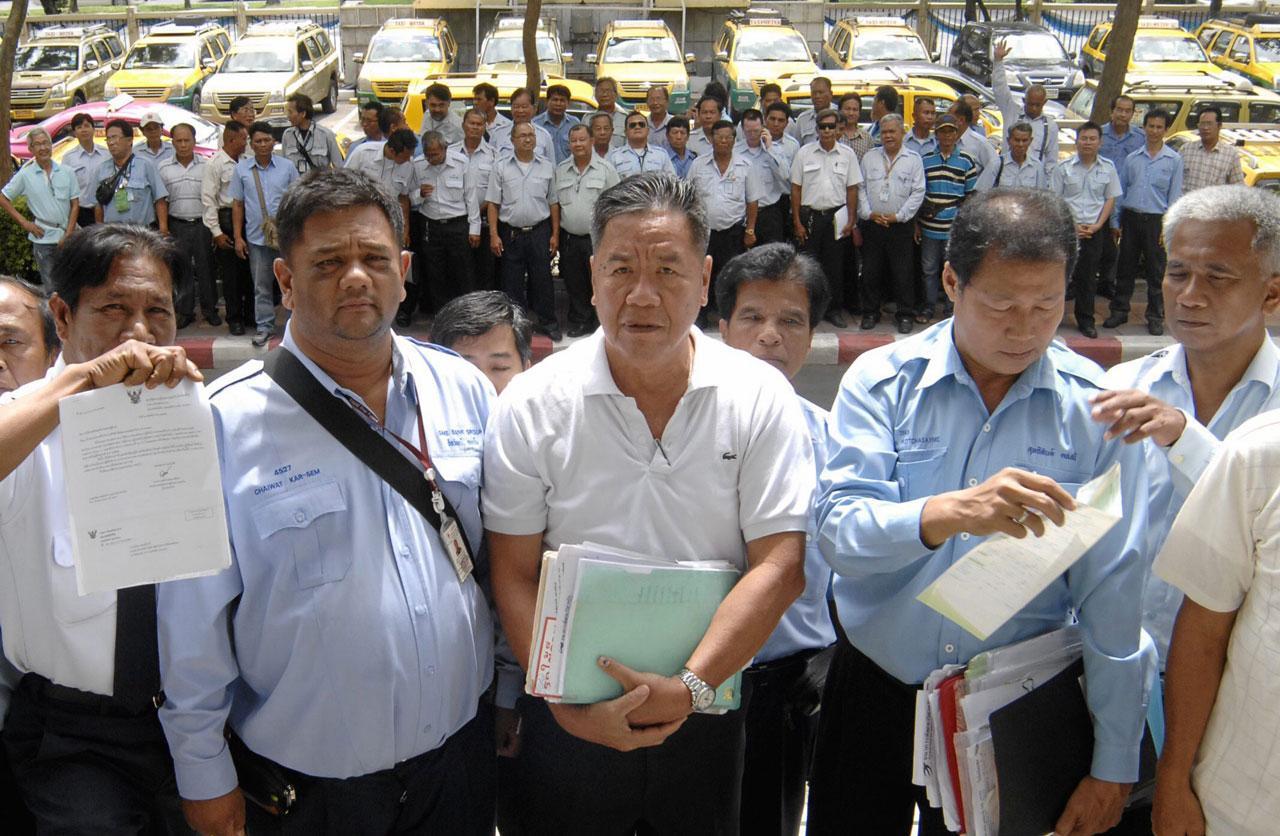 ผู้ขับแท็กซี่โครงการเอื้ออาทร ปี 2547 มาตามที่ศาลนัด เพื่อไกล่เกลี่ยกับธนาคารเอสเอ็มอี