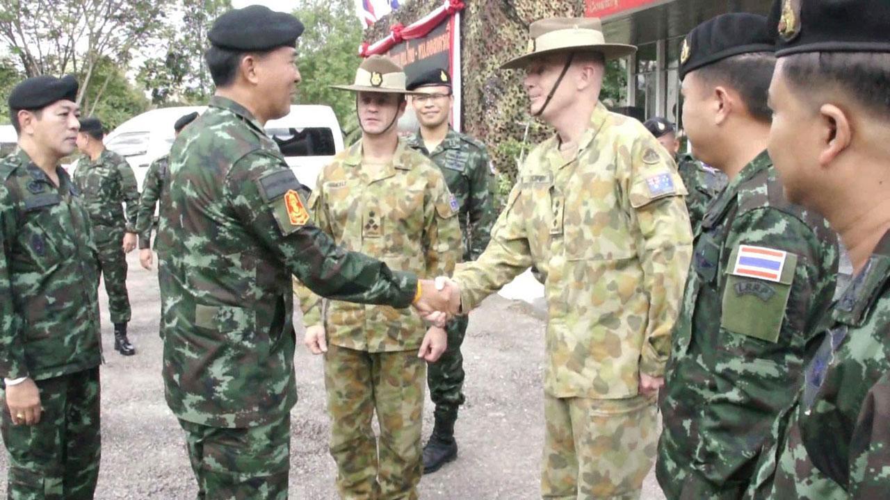 พลตรีคุณวุฒิ หมอแก้ว ผู้บัญชาการกองพลทหารราบที่ 5 จับมือกับ พลจัตวา ปีเตอร์ ชอร์ท ผู้อำนวยการศูนย์พัฒนาศักยภาพกองทัพบกออสเตรเลีย