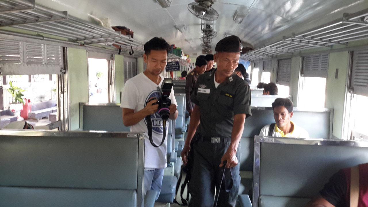เจ้าหน้าที่ตรวจเข้มบนรถไฟ