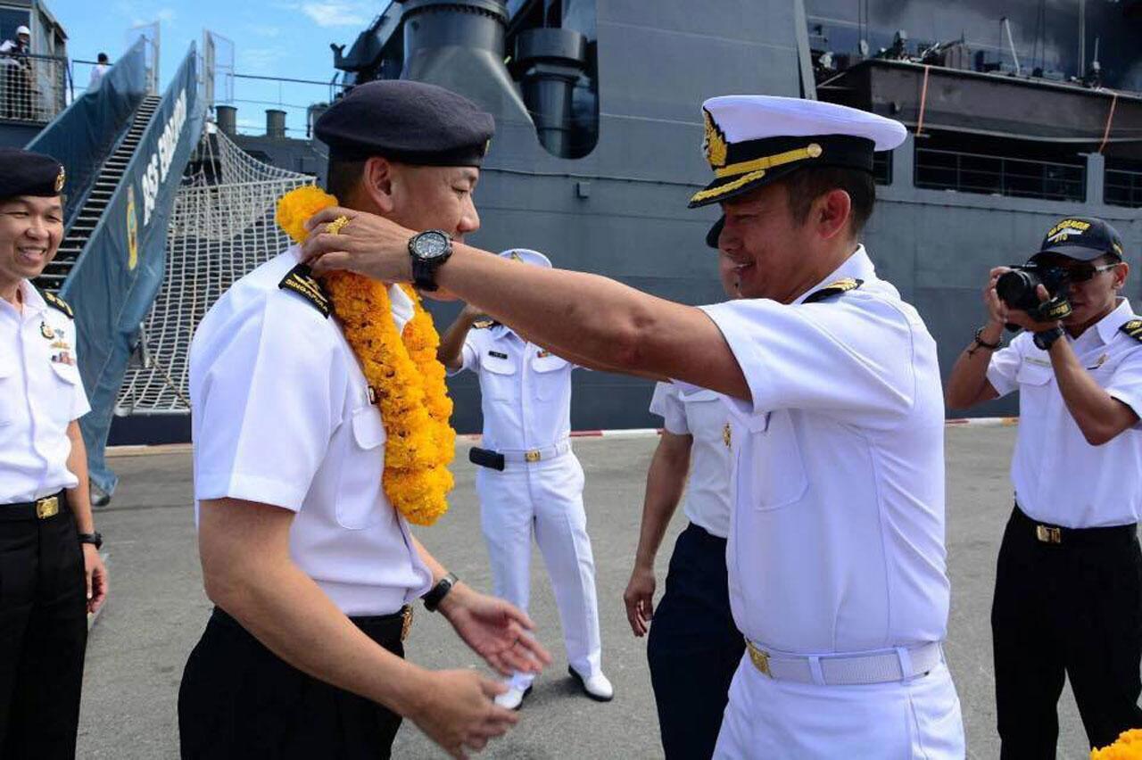 นาวาเอกณัฐวุฒิ งามวงศ์วาน หัวหน้าท่าเรือจุกเสม็ด การท่าเรือสัตหีบ เป็นผู้แทน ฐานทัพเรือสัตหีบ ให้การต้อนรับ พลเรือตรี Giam Hock Koon ผู้บังคับหมู่เรือฝึกนักเรียนนายเรือ กองทัพเรือ สิงคโปร์