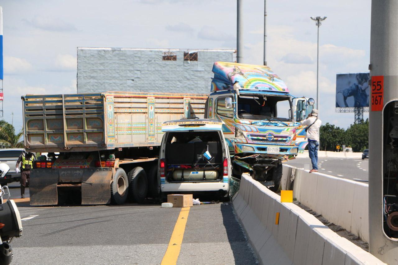 รถตู้โดยสาร เบรกไม่ทัน พุ่งชนรถพ่วง 18 ล้อ  ที่เสียหลักชนขอบทาง มอเตอร์เวย์ กม.55 ขาเข้า จ.ชลบุรี