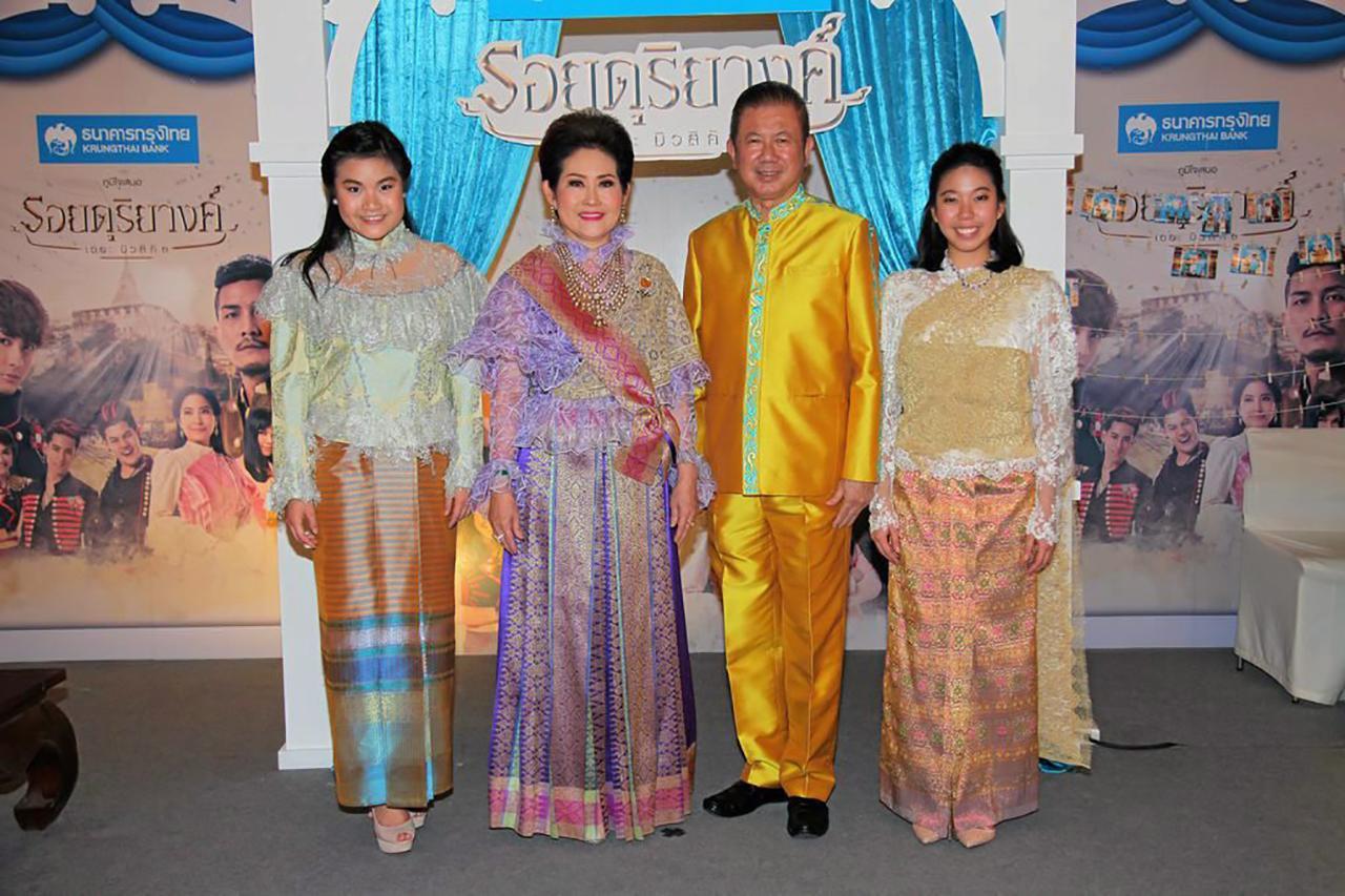 """คุณหญิงณัฐิกา อังอุบลกุล ชวนสามี """"สนั่น"""" และลูกๆ """"นิธินันท์–ชไมพร""""  แต่ง ชุดไทยตามรอยดุริยางค์กันอย่างงดงาม."""