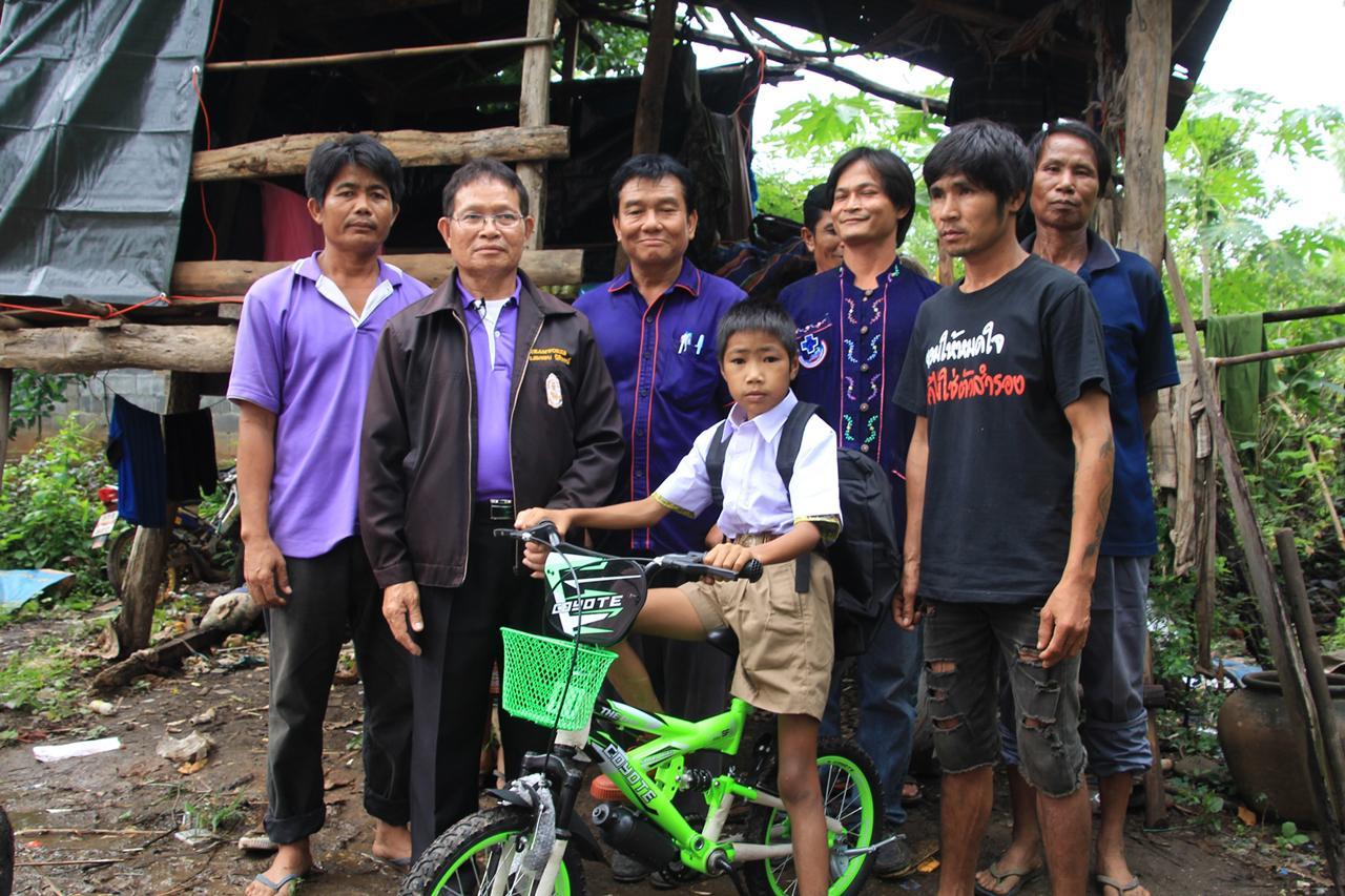 ด.ช.มลตระการ รักเสมอวงค์ หรือ น้องบิ๊ก อายุ 10 ขวบ ได้จักรยานคันใหม่ปั่นไปเรียน