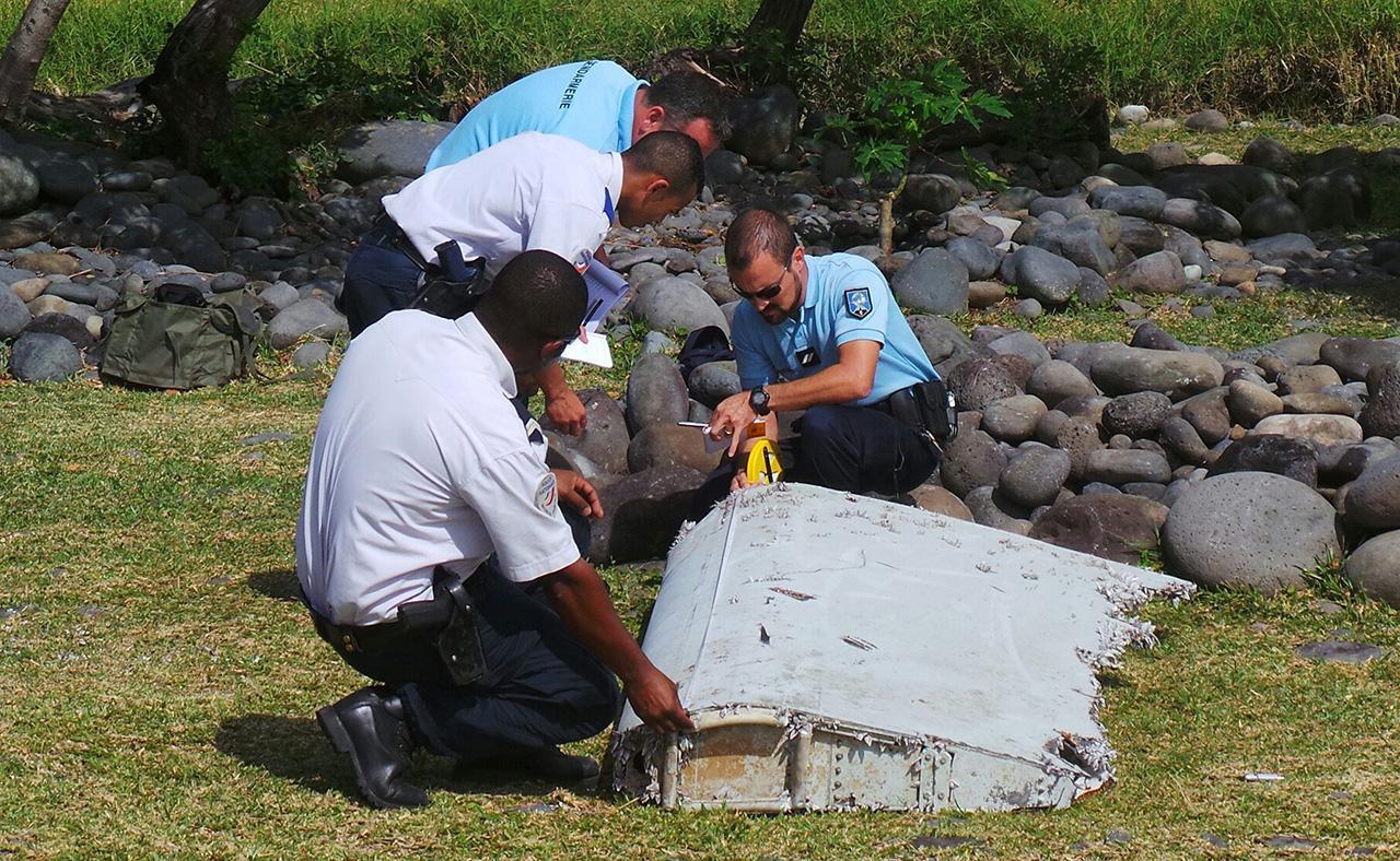 ชิ้นส่วน แฟลปเพอรอน ที่พบบนเกาะเรอูนิยง (ภาพ: REUTERS)
