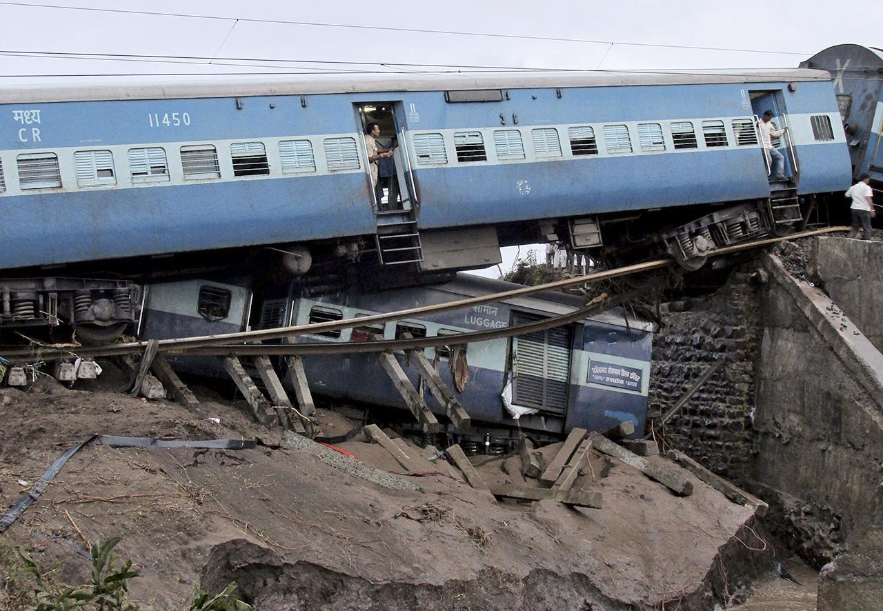 ทางรถไฟได้รับความเสียหายเพราะน้ำท่วม (ภาพ: REUTERS)