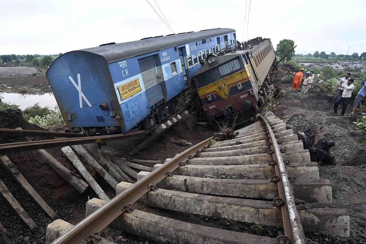 รถไฟ 2 ขบวนตกรางเคียงข้างกัน (ภาพ: AP)