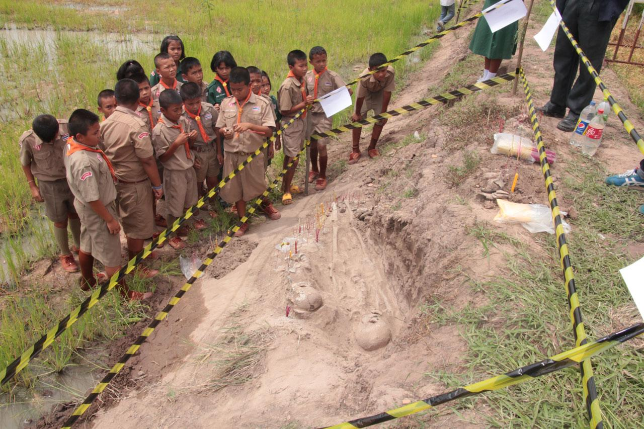 โครงกระดูกมนุษย์โบราณ 2ร่าง  ที่ขุดพบ ฝังดินอยู่บริเวณคันนา อ.โนนไทย โคราช คาดมีอายุไม่ต่ำกว่า 2,500-3,000ปี