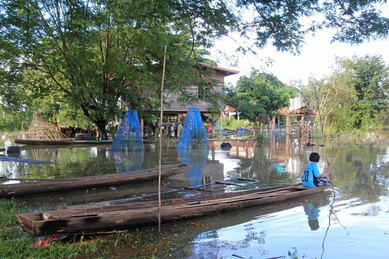 น้ำทะลักเข้าท่วมพื้นที่เสี่ยง ชาวบ้านใช้เรือสัญจรไปมา