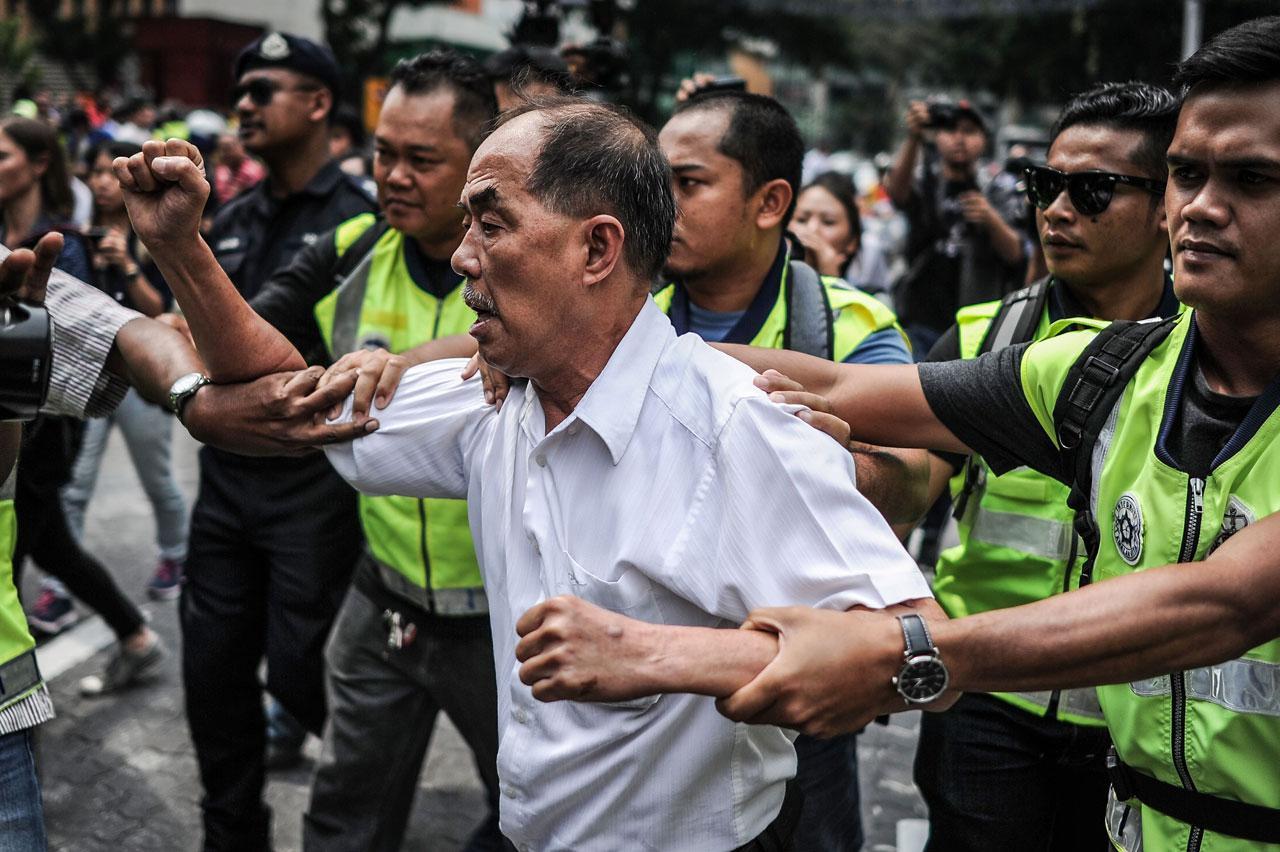 ชายมาเลเซียเข้าร่วมชุมนุมประท้วงต่อต้านนายกฯนาจิบ ราซัค ในกรุงกัวลาลัมเปอร์ เมื่อ 1 ส.ค.58