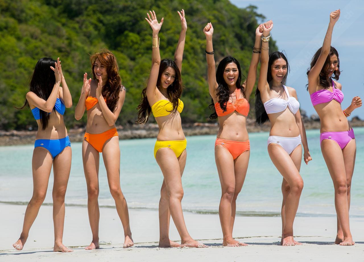 ชูมือขึ้น! กลางหาดทราย สายลม แสงแดด