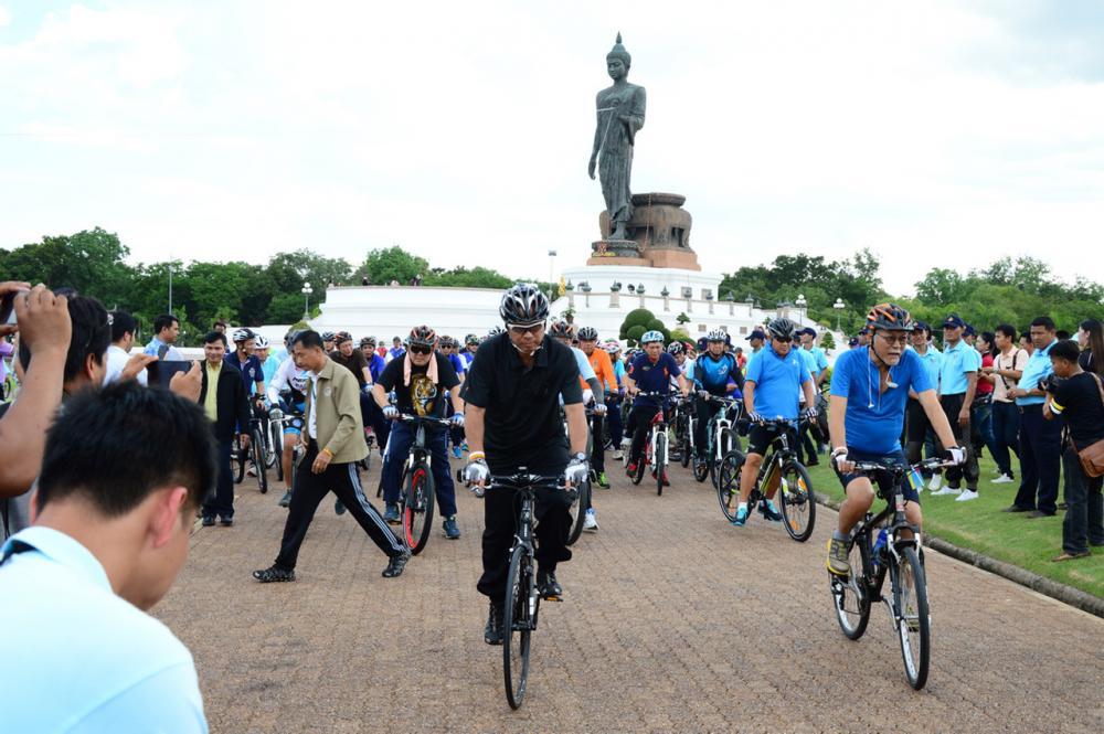 พล.อ.อนุพงษ์ เผ่าจินดา รมว.มหาดไทย นำข้าราชการ-ประชาชน นครปฐม ซ้อมขี่จักรยาน รอบพุทธมณฑล