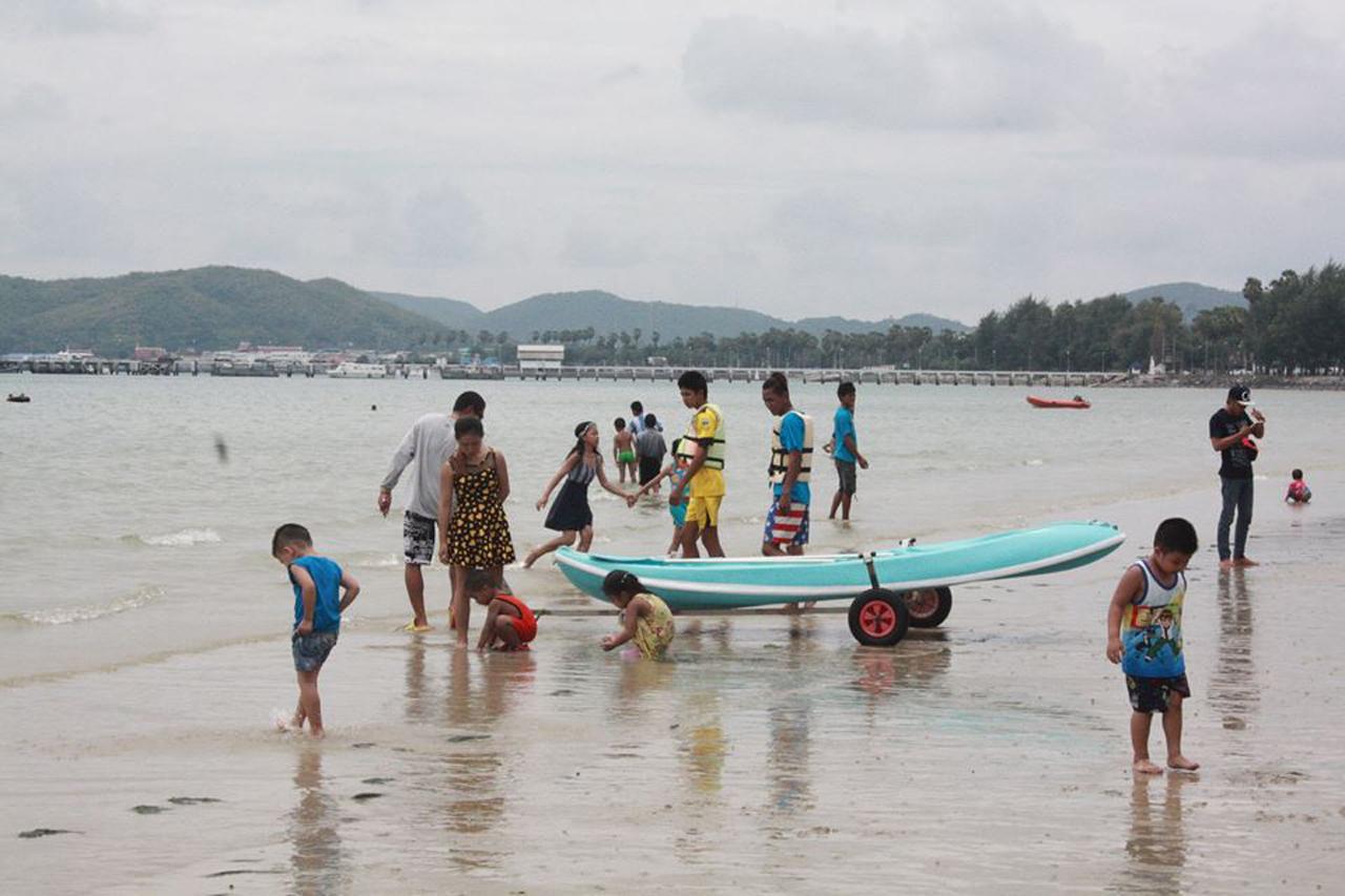 ผู้คนมาเที่ยวหาดดงตาลเล่นน้ำทะเล