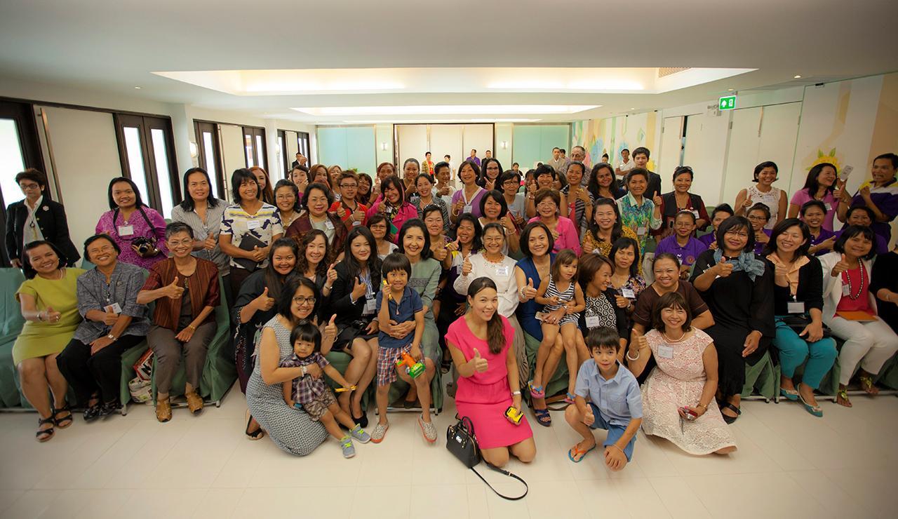 ประชุมใหญ่ รศ.นราพร จันทร์โอชา ภริยานายกรัฐมนตรี ประธานที่ปรึกษาและผู้ร่วมก่อตั้ง สมาคมครูภาษาไทยและวัฒนธรรมไทยในยุโรป เป็นประธานเปิดการประชุมในประเทศไทย ที่โรงแรมเดอะลาภา อ.หัวหิน จ.ประจวบคีรีขันธ์ มีผู้ร่วมประชุม 200 คน มี ชุมศรี อาร์โนลด์ ประธานจัดประชุม ต้อนรับ.