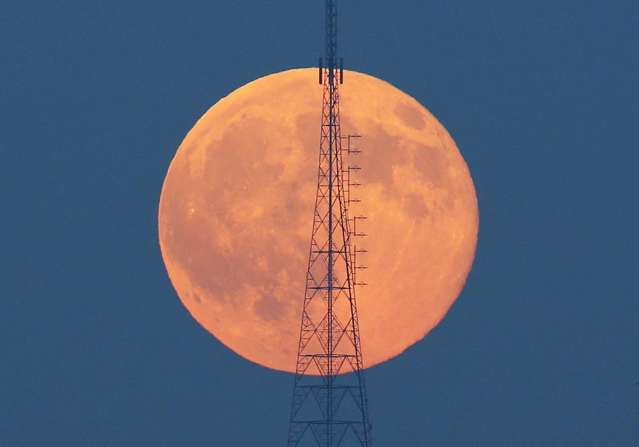 พระจันทร์เต็มดวง ขึ้นอยู่หลังหอคอยส่งสัญญาณโทรคมนาคม บนเนินเขา คามลิกา ในตุรกี