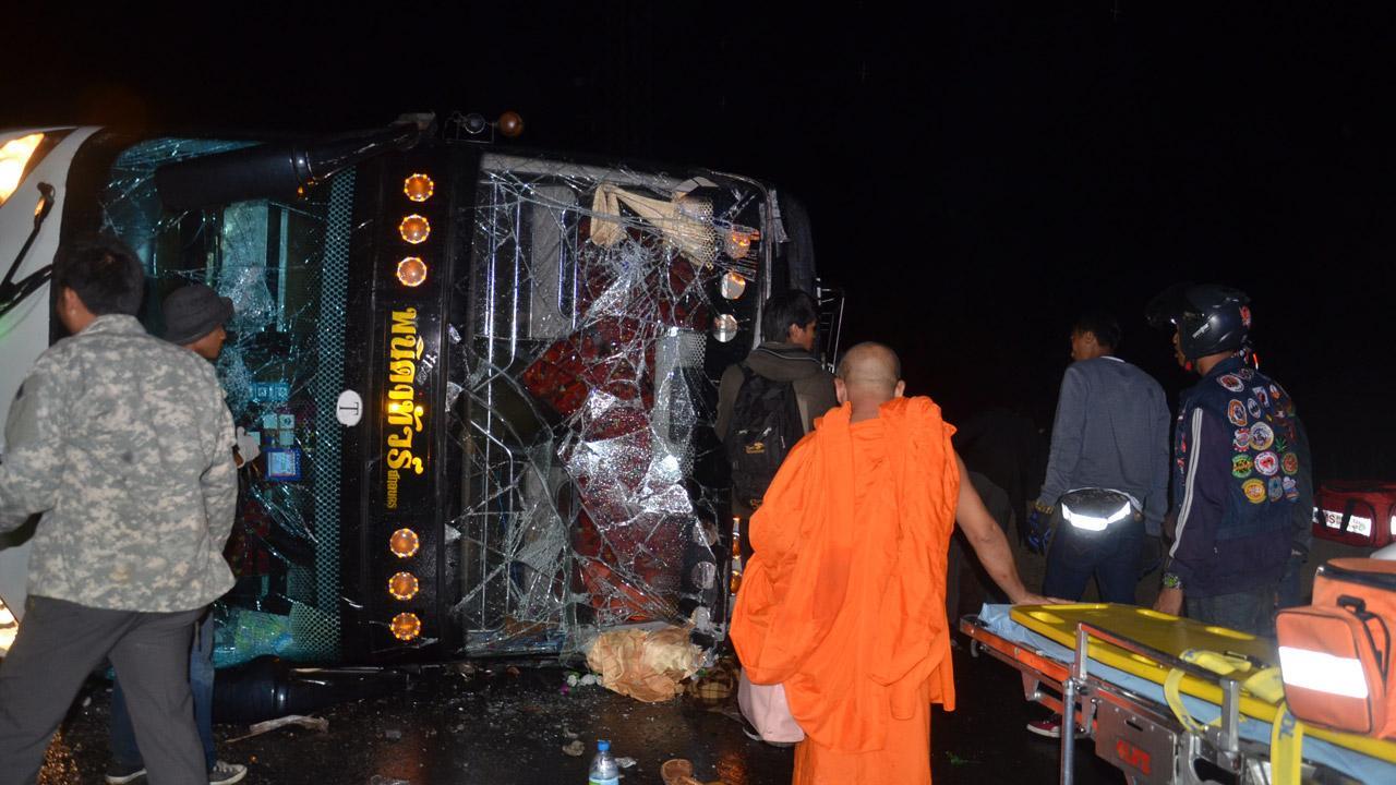 รถบัส 2 ชั้น นำพระสงฆ์จากสกลนคร มุ่งหน้าวัดพระธรรมกาย เสียหลักพลิกคว่ำ