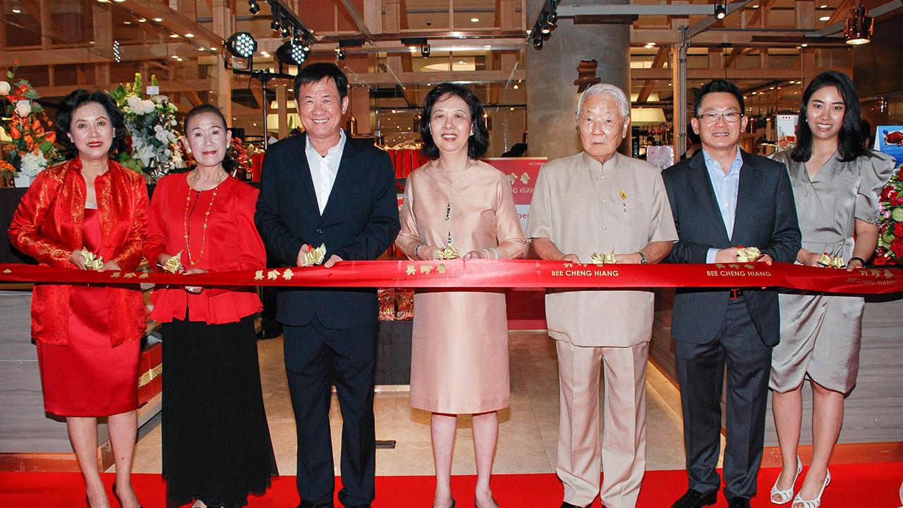 """เคี้ยวเพลิน ฉั่ว ซิ่ว ซาน ทูตสิงคโปร์ เป็นประธานเปิด """"บีเชงเฮียง"""" ร้านหมูแผ่นปรุงรสระดับพรีเมียมอร่อยมากจากสิงคโปร์ โดยมี ดร.ชัยวัฒน์ แต้ไพสิฐพงษ์, ศิริลักษณ์ ไม้ไทย, วสิษฐ แต้ไพสิฐพงษ์, วรามาศ ภัทรประสิทธิ์ และ พอลลีน ตัน มาร่วมงานด้วย ที่ ดิ เอ็มควอเทียร์ วันก่อน."""