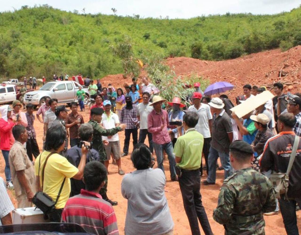 ตัวแทนชาวบ้านพา เจ้าหน้าที่ไปดูพื้นที่ฝังกลบขยะต้นเหตุของน้ำเสีย