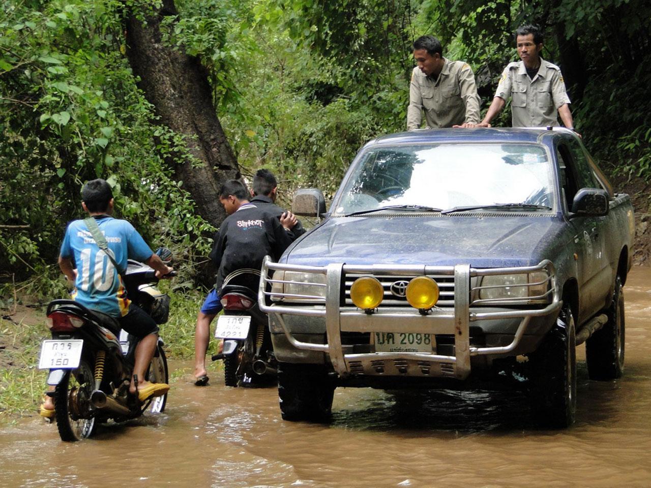 ระดับน้ำเริ่มลดลง จนรถสามารถแล่นผ่านได้