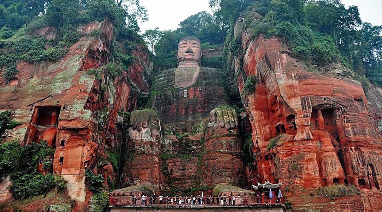 พระพุทธรูปใหญ่สลักในหินที่เล่อซาน.