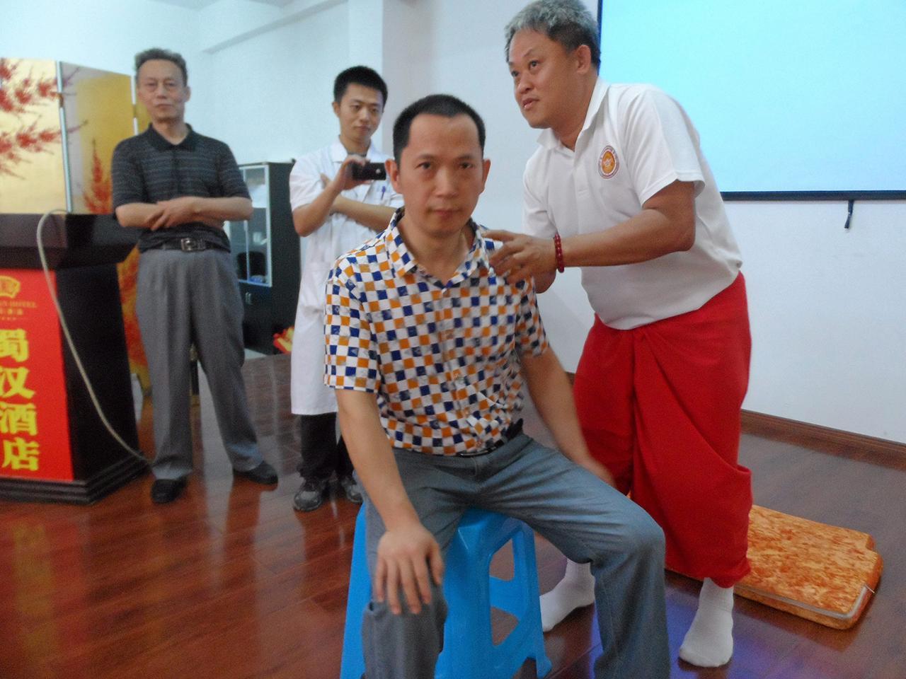 หมอนวดไทยโชว์ฝีมือจับเส้นหนุ่มชาวมังกร.