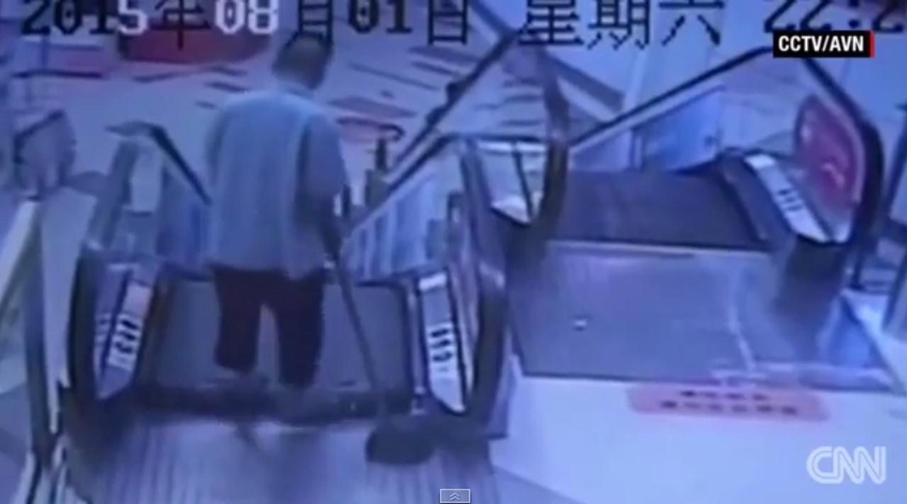 ภาพจากกล้องวงจรปิด แสดงให้เห็นช่วงเวลา หนุ่มทำความสะอาดโดนบันไดเลื่อนหนีบขา