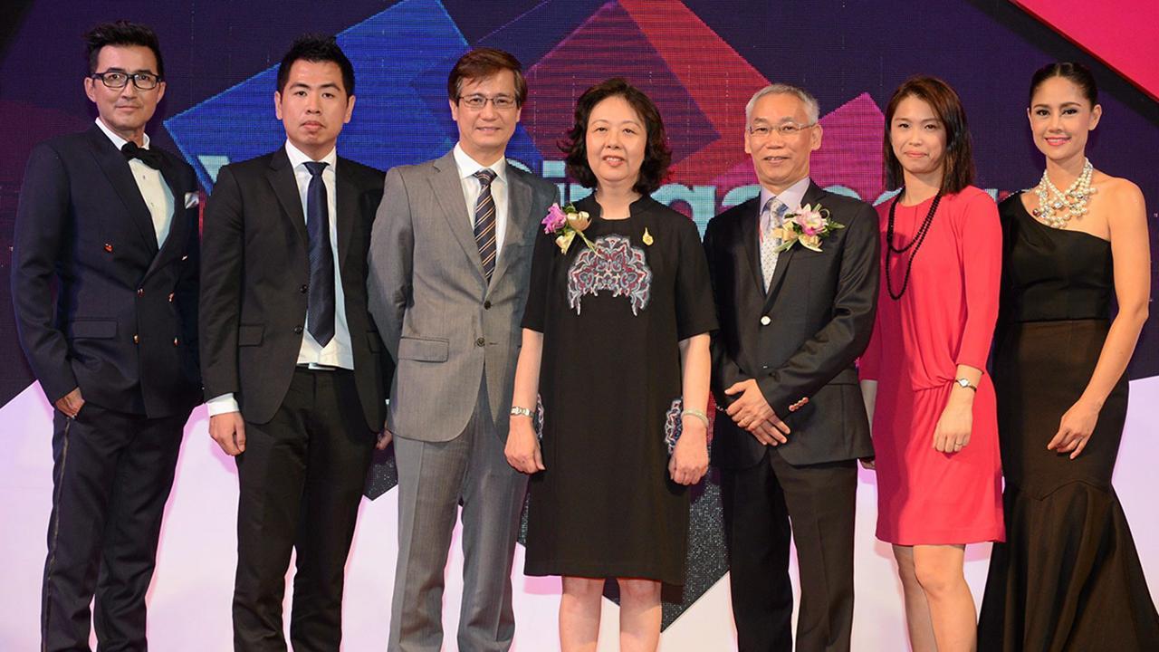 """ห้าสิบปี ฉั่ว ซิ่ว ซาน ทูตสิงคโปร์ และ เหลียง ยู เคียง ผู้บริหารระดับสูงการท่องเที่ยวสิงคโปร์ จัดงาน """"สิงคโปร์ เฟสติวัล"""" เพื่อเฉลิมฉลองสิงคโปร์ครบรอบ 50 ปีและความสัมพันธ์ 50 ปี ไทย-สิงคโปร์ โดยมี เอดเวิร์ด โค และ ฉัตรชัย–สินจัย เปล่งพานิช มาร่วมงานด้วย ที่เซ็นทรัลเวิลด์ วันก่อน."""