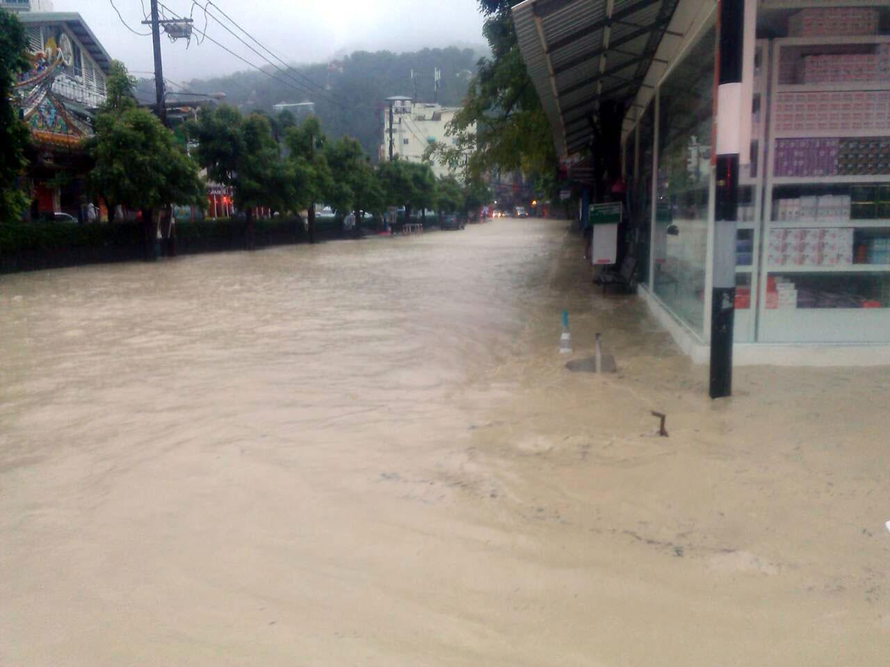 น้ำท่วมขังบนถนนหลายจุด