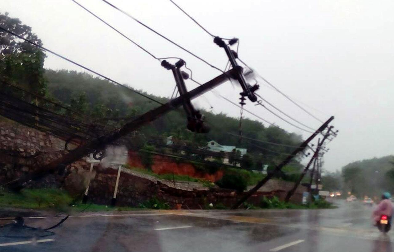 เสาไฟฟ้าล้มเอียง ชาวบ้านหวั่นโค่นทับรถที่สัญจรไปมา