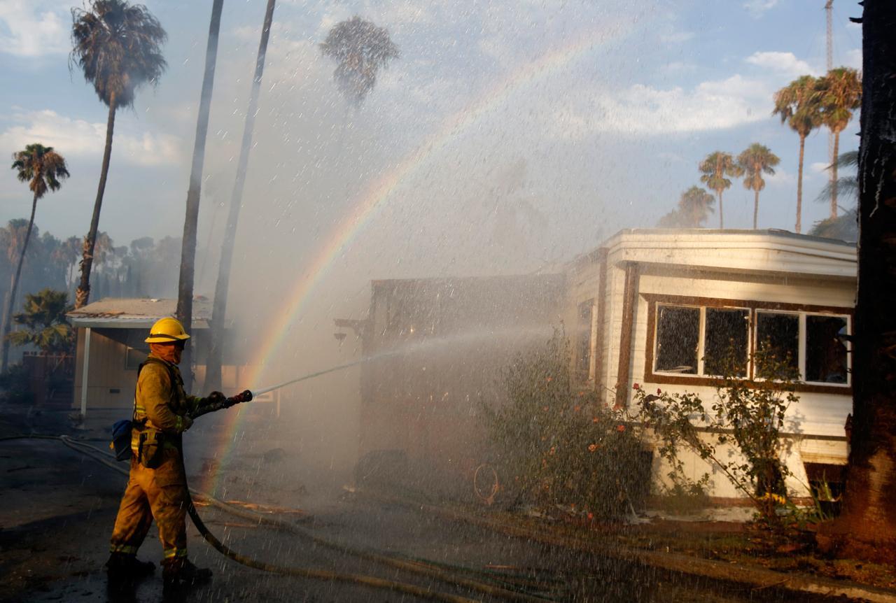 ฉีดน้ำดับไฟที่เผาไหม้บ้านเคลื่อนที่ ในเมืองอิสลีตัน
