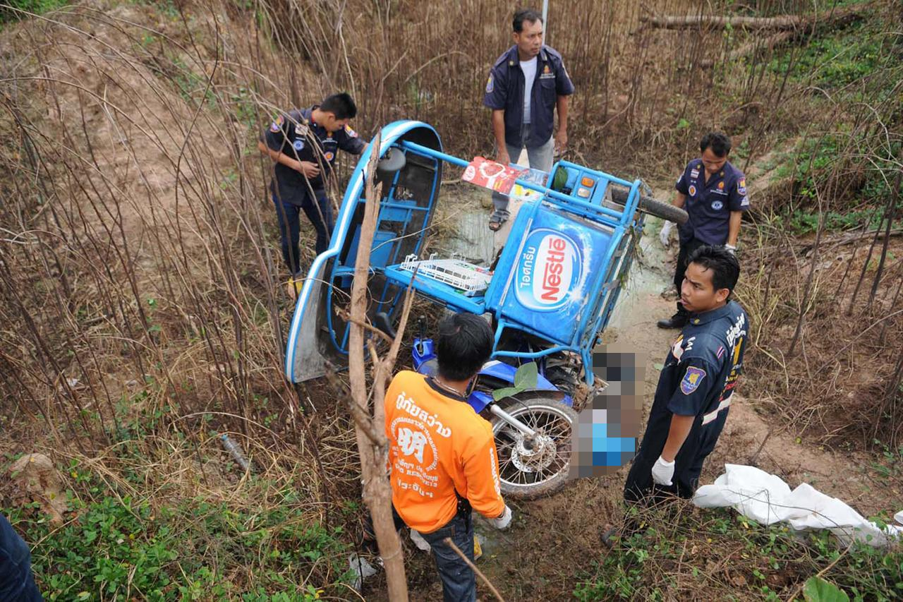 สภาพรถ จยย.ของพ่อค้าขายไอศกรีมที่ประสบอุบัติเหตุเสียชีวิตแล้วมีคนไปพบภายหลัง
