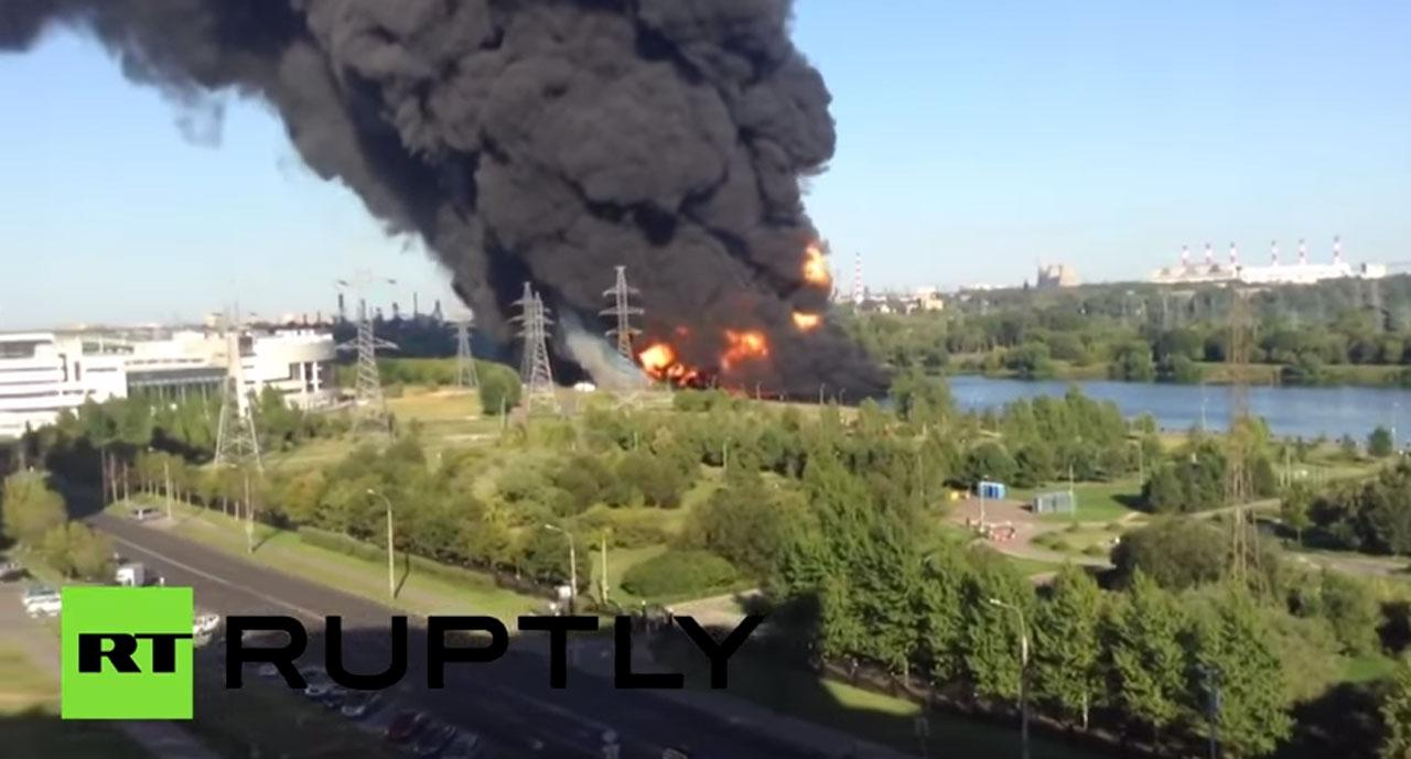 ไฟไหม้น้ำมันรั่วลงแม่น้ำในกรุงมอสโกจนเกิดควันดำทะมึน (ภาพจาก RT อัพโหลดลงใน Youtube)