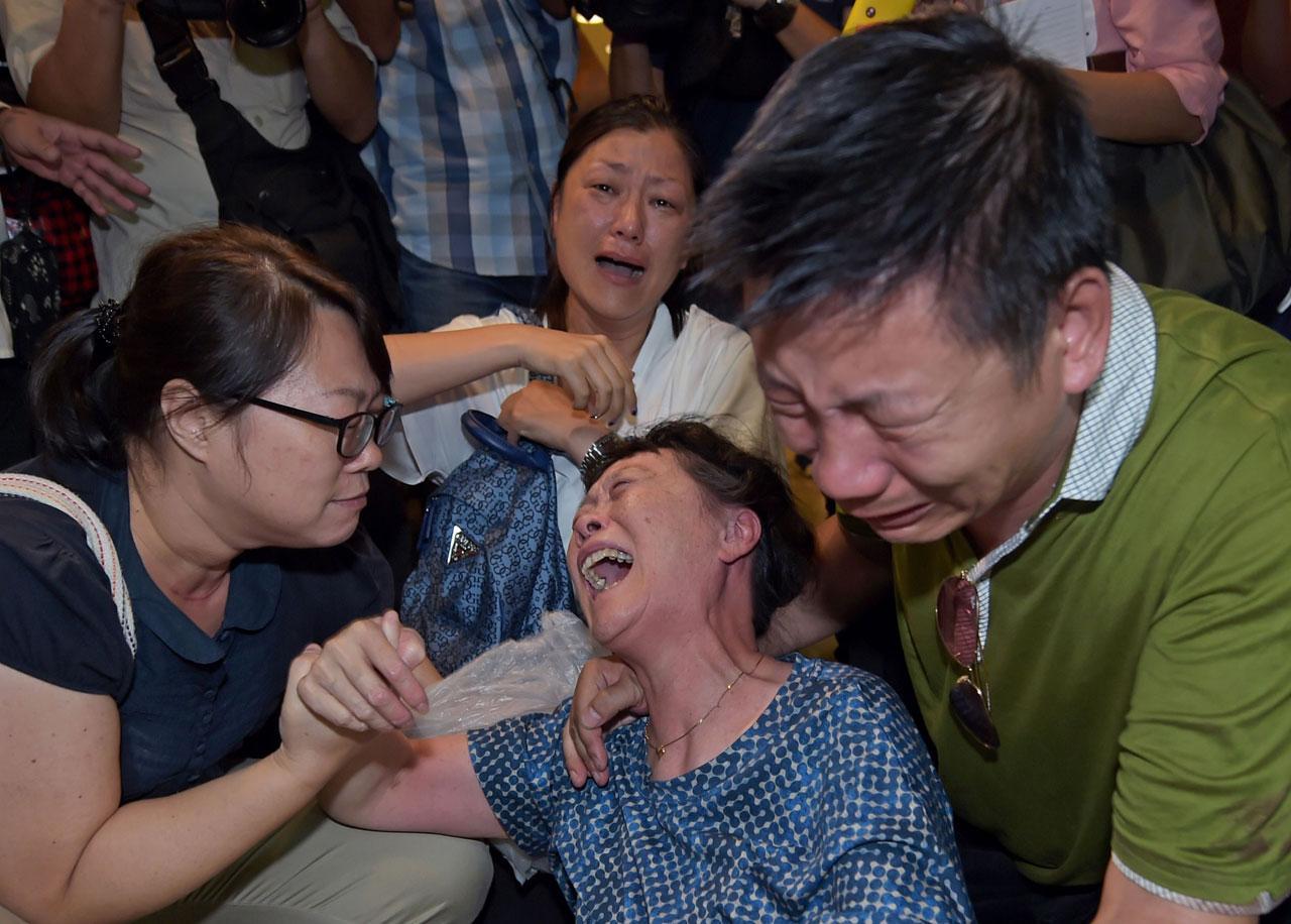 หญิงจีนร้องไห้เสียใจต่อการเสียชีวิตของญาติจากเหตุระเบิดที่สี่แยกราชประสงค์