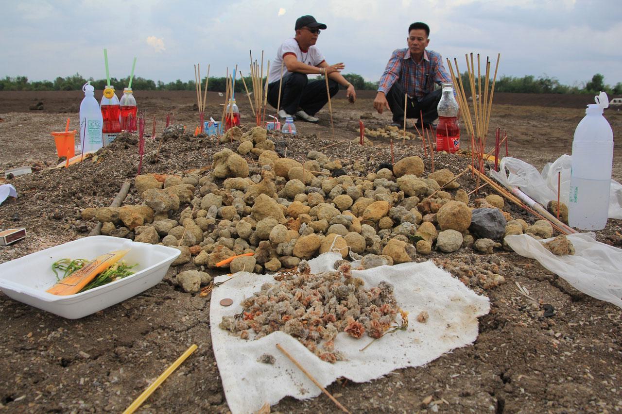 ชาวบ้านนครพนม เชื่อว่า เป็นไข่พญานาค ซึ่งโผล้กลางอ่างเก็บน้ำที่แห้งผาก เพราะความแห้งแล้ง