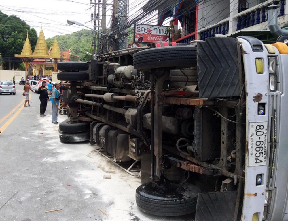 รถบรรทุกเกลือพลิกคว่ำที่ภูเก็ต มีผู้ได้รับบาดเจ็บ จำนวนหนึ่ง