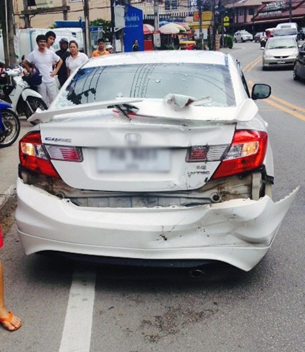 รถบรรทุกเบรกแตก พุ่งชนรถยนต์ก่อนพลิกคว่ำ